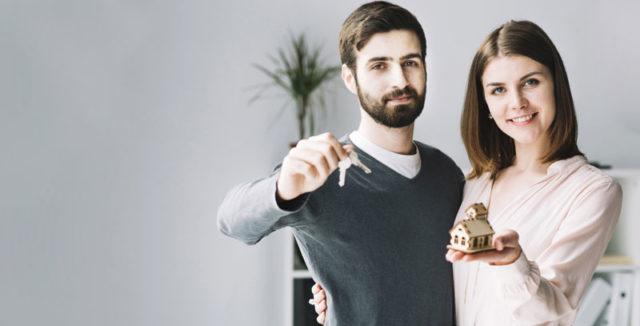 pareja con llaves de vivienda