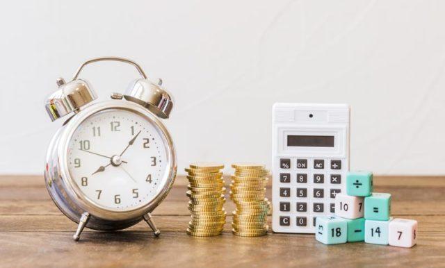 calculadora, reloj y monedas